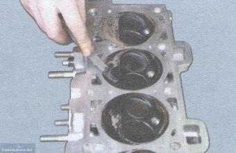 Очищаем поверхность головки ВАЗ-2114