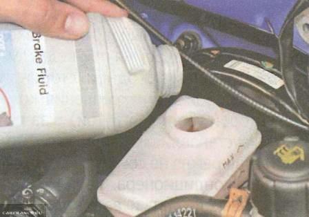 Доливаем жидкость в бачок тормозов Рено Логан