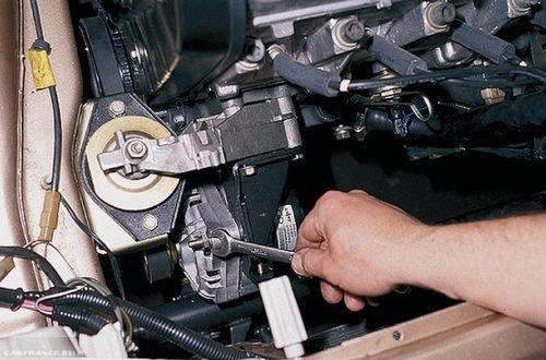Процесс демонтажа генератора ВАЗ-2114