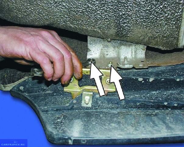 Снимаем крепежные болты переднего бампера ВАЗ-2114
