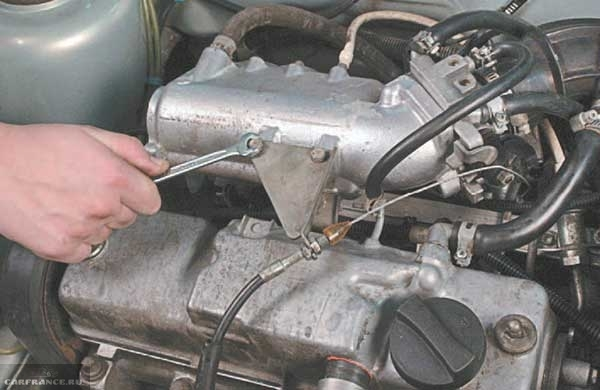Снимаем кронштейн троса газа ВАЗ-2114