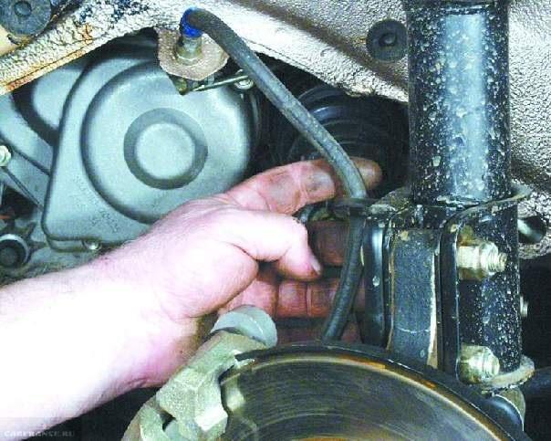 Часть процесса демонтажа стойки ВАЗ-2114