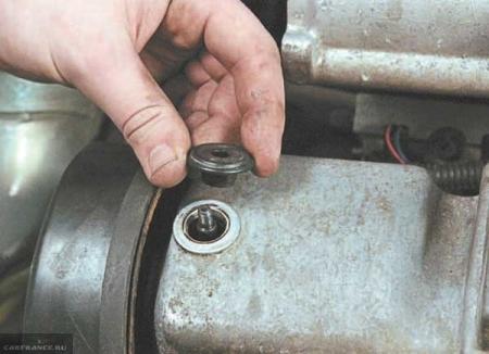Процесс демонтажа уплотнительных резинок клапанной крышки ВАЗ-2114