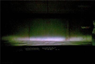 Противотуманные фары светят на стену