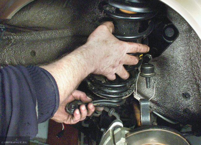 Проводим демонтаж амортизатора ВАЗ-2114