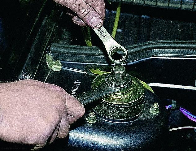 Демонтаж крепления штока амортизатора ВАЗ-2114