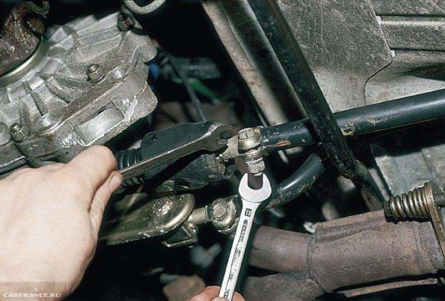 Хомут тяги привода ВАЗ-2112 под автомобилем