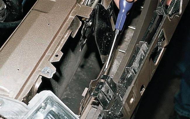 Нижний зажим решётки радиатора на ВАЗ-2112