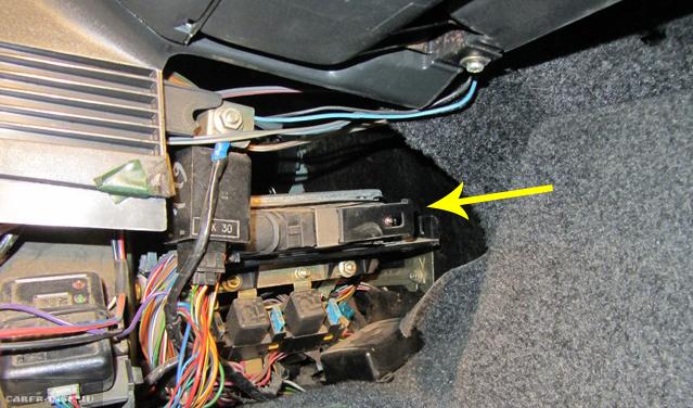 ЭБУ на ВАЗ-2112 под панелью приборов