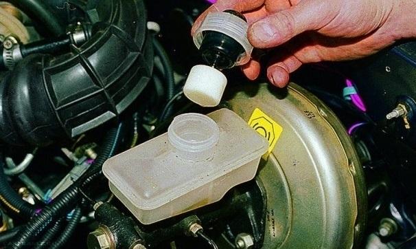 Демонтируем крышку тормозного бачка ВАЗ-2112