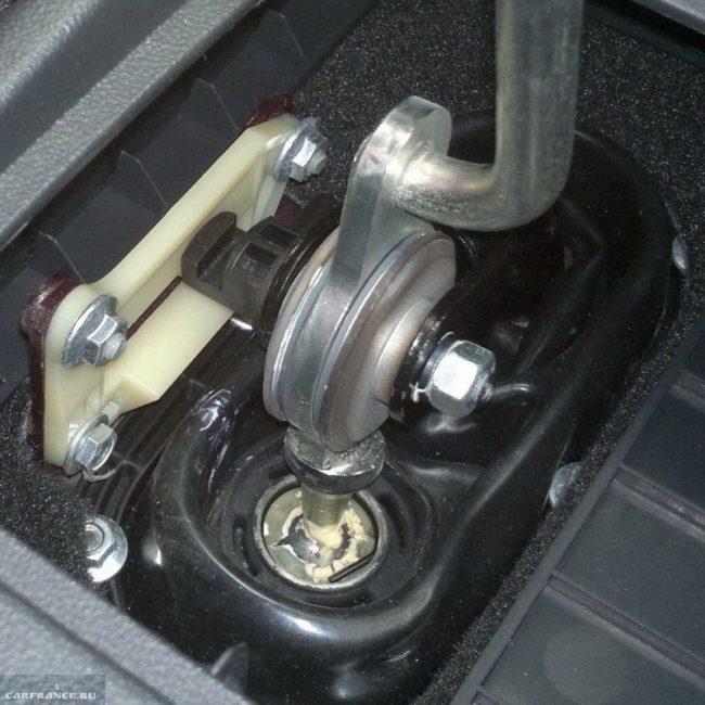 Кулиса коробки передач ВАЗ-2112 крупным планом