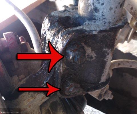 Болты крепления стоек грязные обработанные WD-40 на ВАЗ-2114