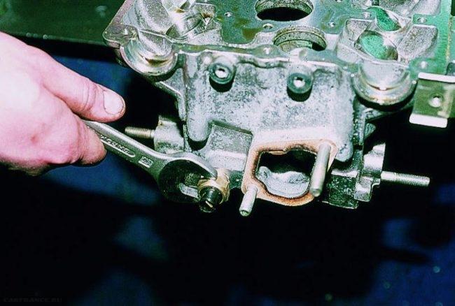 Процесс демонтажа датчика охлаждения ВАЗ-2112