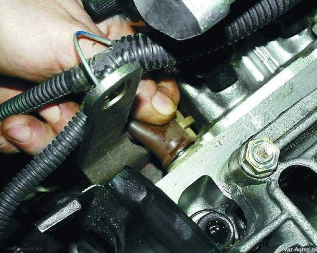 Демонтаж проводки датчика давления масла ВАЗ-2112