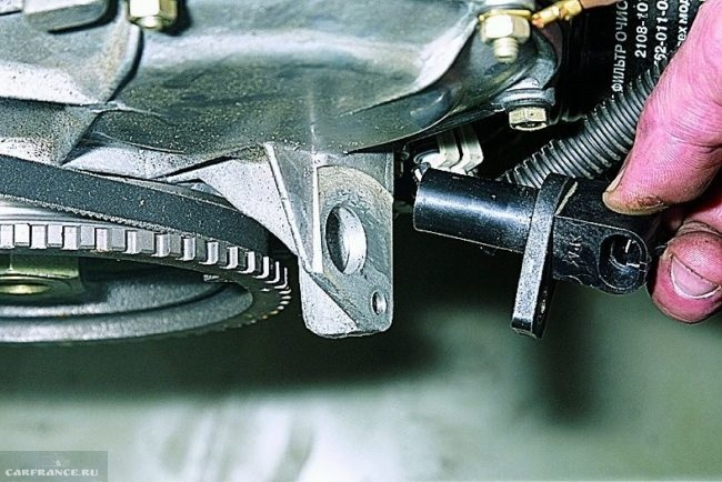 Демонтированный датчик положения коленчатого вала ВАЗ-2114 вблизи
