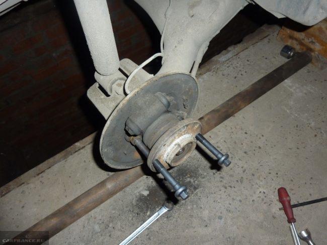 Демонтаж ступицы ВАЗ-2112 при помощи двух болтов