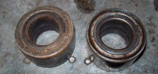 Два демонтированных передних ступичных подшипника на ВАЗ-2112