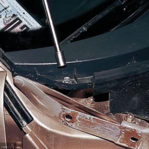 Демонтируем гайки крепления обшивки ВАЗ-2112