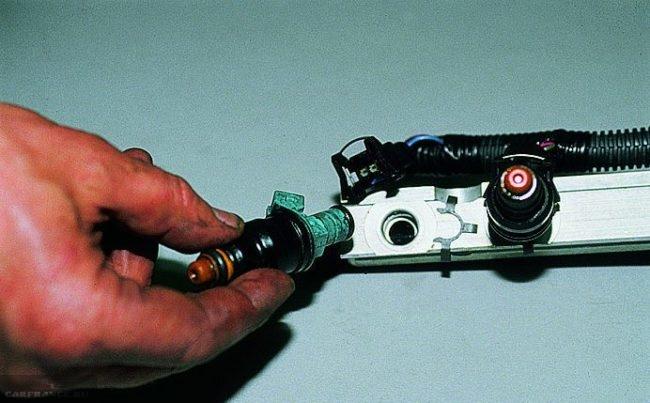 Форсунка ВАЗ-2114 демонтирована из топливной рампы
