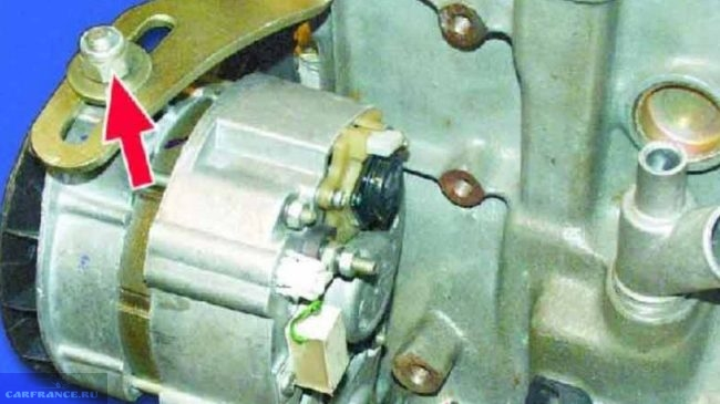 Верхняя гайка крепления генератора ВАЗ-2114 крупным планом