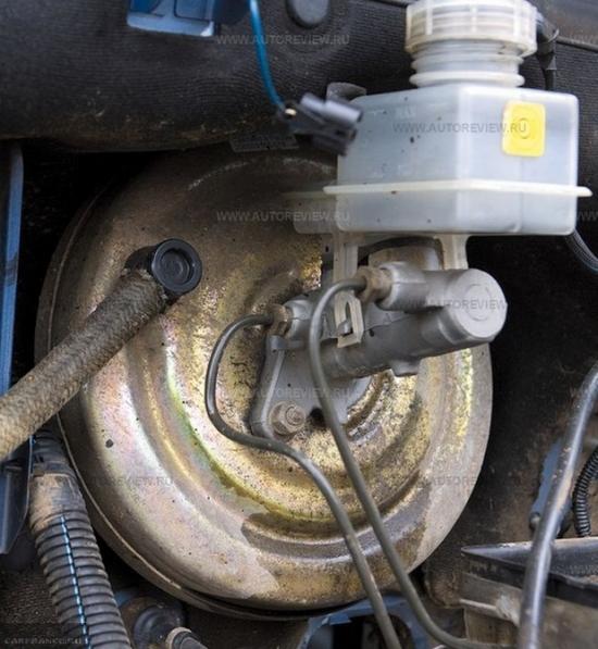 Главный тормозной цилиндр на ВАЗ-2112 со следами протечки