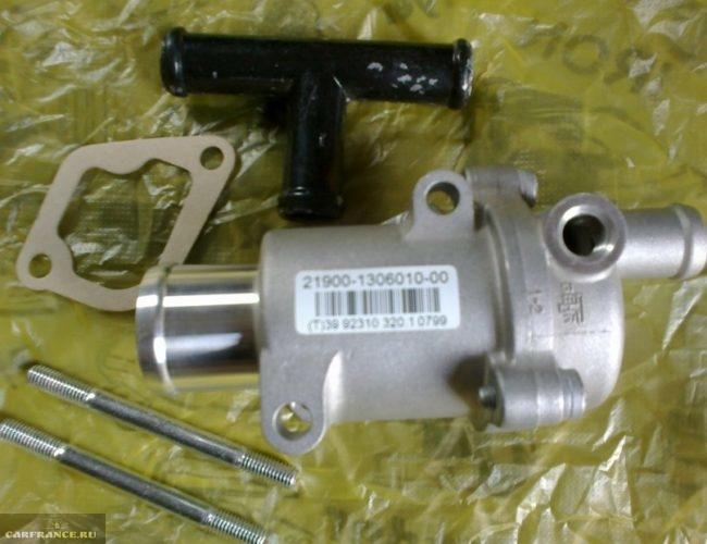 Термостат гранта с каталожным номером 21900-1306010-00, прокладка под корпус, шпильки и тройник для обратки