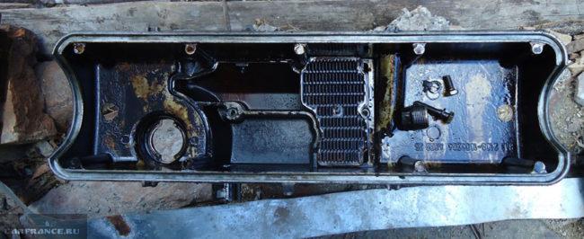 Грязная клапанная крышка и фильтрующие элементы