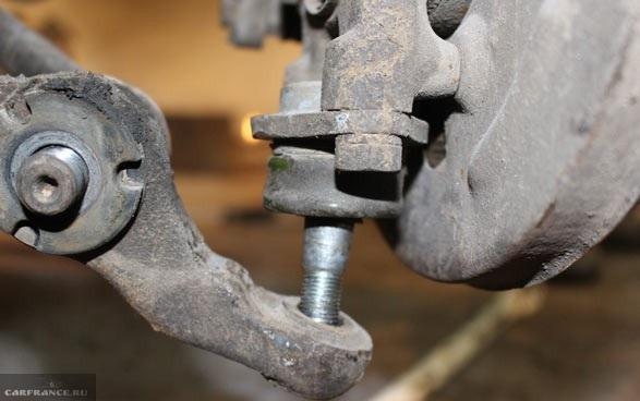Демонтаж болта шаровой опоры ВАЗ-2112