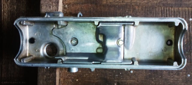 Внешний вид демонтированной с двигателя ВАЗ-2114 клапанной крышки