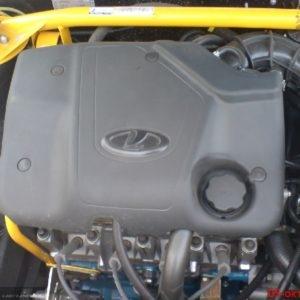 Защитный кожух двигателя под капотом ВАЗ-2114 крупным планом