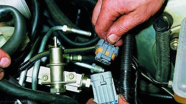 Отключенный разъём топливной рампы ВАЗ-2114