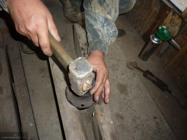 Демонтируем ступичный подшипник ВАЗ-2112 молотком