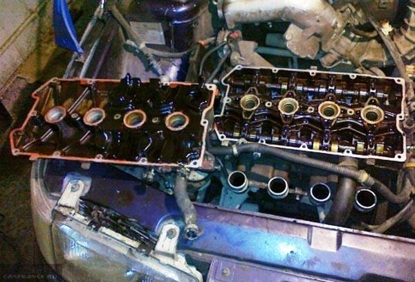 Вскрытая головка двигателя ВАЗ-2112 с остатками моторного масла