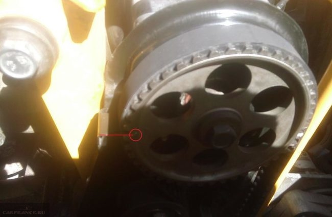 Совмещаем метки ГРМ на маховике с отметкой на шкиве на ВАЗ-2114