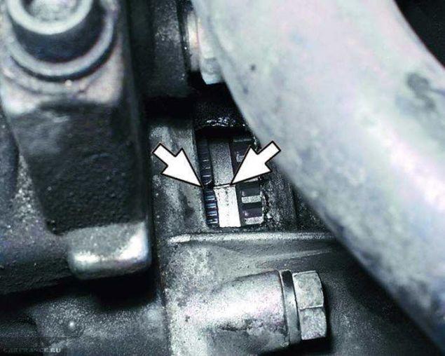 Совмещённые метки на картере коробки передач и маховике ВАЗ-2114
