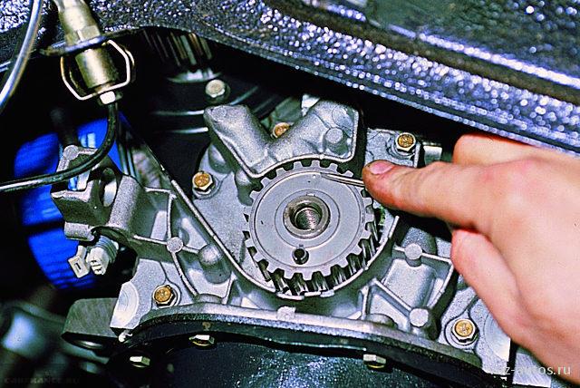 Метки шкиве масляного насоса и приливе на блоке цилиндров ВАЗ-2114