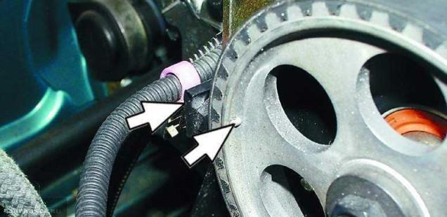 Метки на зубчатом шкиве привода распредвала ВАЗ-2114 и приливе на головке блока цилиндров