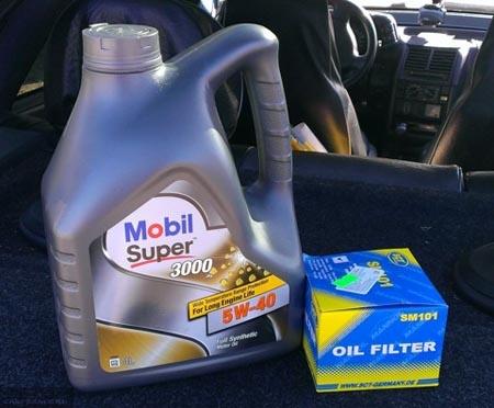 Упаковка из под масла Mobil Super 3000 на полке багажника ВАЗ-2112