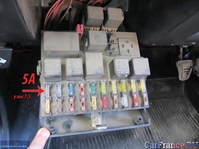 Предохранитель подсветки приборов в монтажном блоке на ВАЗ-2112