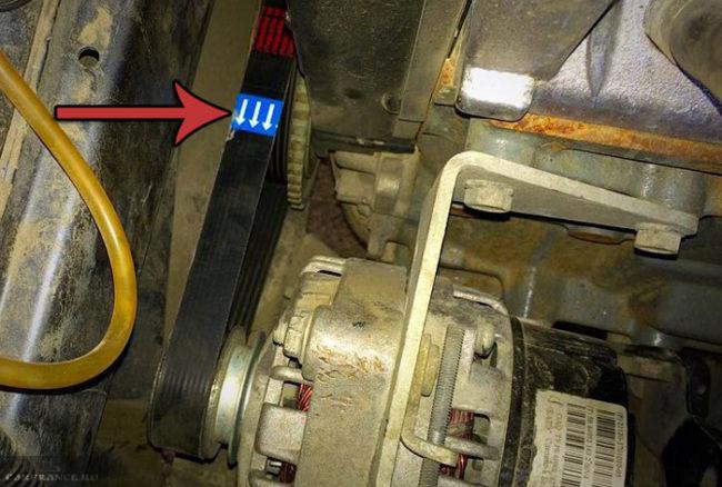 РЕмень генератора с обозначением стрелками направления установки на ВАЗ-2114