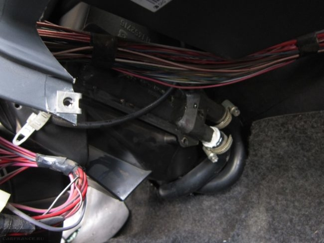 Шланги нового радиатора отопления посажены на герметик ВАЗ-2114