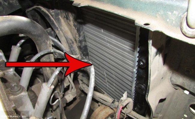 Новый радиатор охлаждения двигателя установлен на ВАЗ-2114