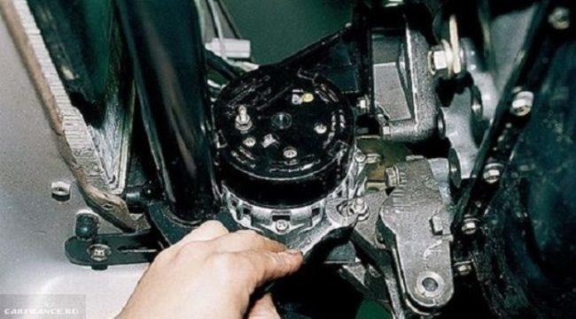 Ослабление крепления генератора ВАЗ-2114, нижний болт