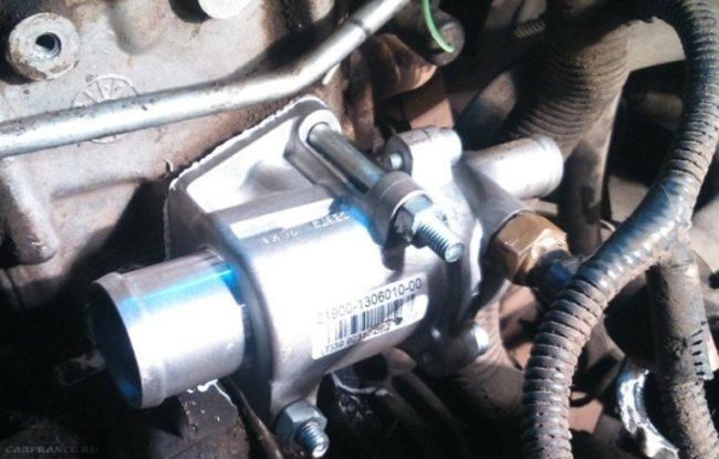 Установленный термостат гранта на ВАЗ-2114 вблизи