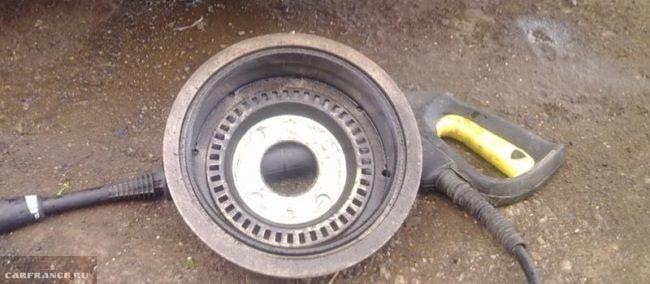 Осмотр состояния тормозного барабана на ВАЗ-2112