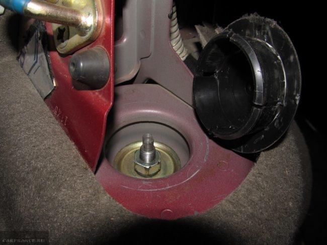 Демонтируем заглушку стойки ВАЗ-2112