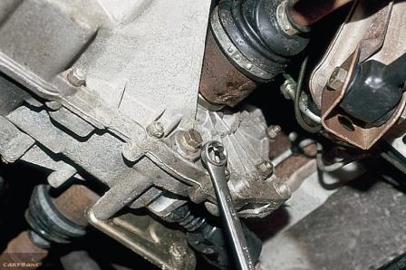 Откручиваем сливную пробку КПП на ВАЗ-2112