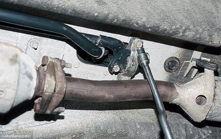 Демонтируем болты реактивной тяги ВАЗ-2112