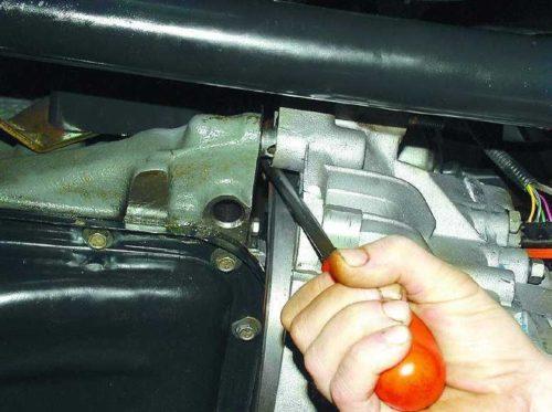 Демонтаж КПП ВАЗ-2112 при помощи толстой отвёртки