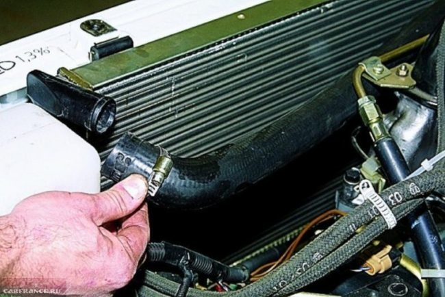 Отсоединённый патрубок от радиатора охлаждения двигателя на ВАЗ-2114